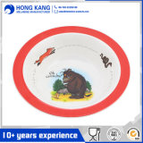За круглым столом дети Melamime риса с логотипом