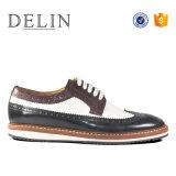 製造業者の昇進は革靴のエヴァの足底をひもで締める