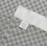 寝室の格子縞のカーテンが付いている簡単な居間
