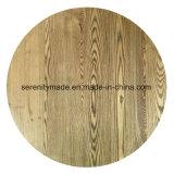 レストランの家具の屋外の円形の木のテーブルの上
