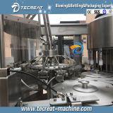 La pequeña máquina de embotellamiento de agua potable embotellada