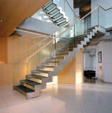 Escadaria reta de madeira moderna com trilhos de vidro