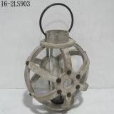 Oggetto d'antiquariato misero con gli anelli del cerchio del metallo delle lanterne di legno