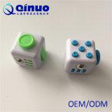 La tensión educativa de la atención de la ansiedad del juguete del cubo de la persona agitada releva el cubo de la persona agitada