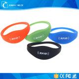 Wristbands variopinti del silicone del chip RFID di frequenza ultraelevata di HF di Lf per nuoto