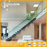 Escaleras de madera de la escalera recta de interior con la barandilla de cristal