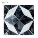 構築の装飾的で物質的な壁は白いおよび灰色のガラスモザイクをタイルを張る