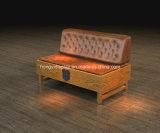 Sofà di legno con cuoio sulla parte superiore