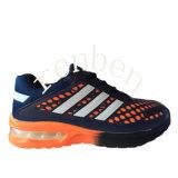 熱い人の普及したスニーカーの靴