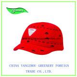 縁および特別なラベルが付いている赤い冬のニットの帽子