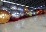Anunciando a esfera inflável do espelho na promoção grande do mercado