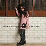 女の子の厚くされた服の子供の衣服