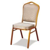 Empilement des chaises de banquet de mariage d'hôtel
