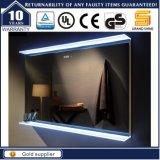 Установленное стеной зеркало ванной комнаты гостиницы освещенное контржурным светом СИД освещенное
