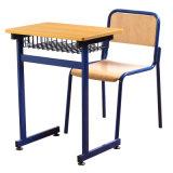 Стол студента школы и мебель стула