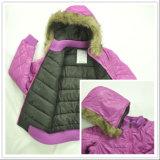 Desgaste do casaco de inverno do bebé com o Capô