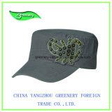 La moda militar gris de tapa con la etiqueta especial
