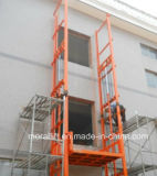 En el exterior de elevador hidráulico de elevación de la plataforma de carga vertical