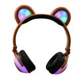 かわいい漫画の子供くまの耳のイヤホーンのヘッドホーン