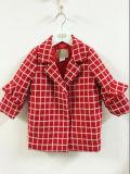 La Navidad larga del estilo embolsa la capa del invierno de la muchacha con la ropa invisible del invierno de la muchacha de los botones