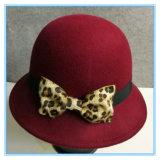 Form-Dame Wool Felt Cloche Hat mit Leopard-Bogen