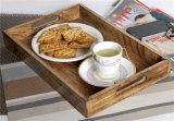 Dessert en bois normal de surface lisse de couleur servant le plateau en bois