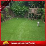 Césped sintetizado de la hierba de la decoración del paisaje para el jardín
