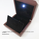 Лоснистая отлакированная деревянная коробка для ожерелья и вахты с светом СИД