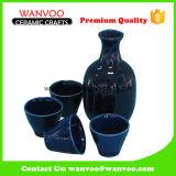 Causa di ceramica blu scuro fatta a mano di Japaness fissata con i bicchieri di vino per bere