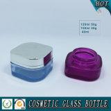 空の正方形のガラス装飾的な油壷および化粧品のクリーム色の瓶