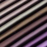 La seta sembra il tessuto multicolore del sofà e della tenda del poliestere