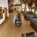 Un revêtement de sol en vinyle de surface en bois pour la grande salle à manger