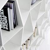 純粋な白OEMの形によってカスタマイズされる固体表面の本棚