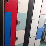 プールの更衣室ZのドアHPLのロッカー