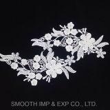 Accoppiamenti di Applique del ricamo del Crochet di motivi del fiore del tessuto bordati accessori di cerimonia nuziale