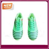 Pattini esterni di calcio di colore verde da vendere