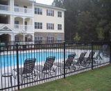 К услугам гостей бассейн с покрытием черного цвета ограждения