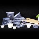 La tazza a gettare di plastica libera toglie il contenitore del pacchetto