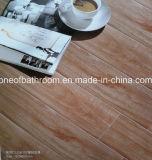 床または壁(102)のためのスリップ防止陶磁器の木製のタイル