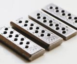 Métallurgie des poudres agglomérée par bien verrouillant des pièces