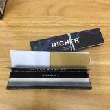 Un papel de cigarrillo ardiente lento más rico del arroz con las líneas