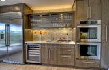 旧式で黄色い木製の食器棚