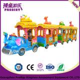 遊園地の運動場の子供は電気小型道トレインに乗る