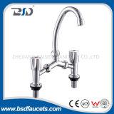 Robinets en laiton de mélangeur de bassin de cuisine de traitements du robinet d'eau de chrome deux