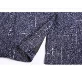 適当な灰色100%のウールの実業家のスーツを細くしなさい