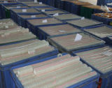Fita dos artigos de papelaria com o distribuidor na caixa do gancho do indicador