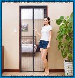 Hände geben magnetische Vorhang-Tür-magnetischen Moskito-Netz-Tür-Vorhang frei