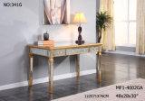 3つの引出しの木の映された机の古い家具