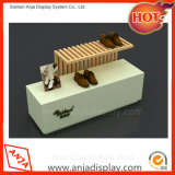 Творческие деревянной обуви отображает полки