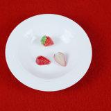 白い陶磁器のDinnersetによって浮彫りにされる食事用食器セット